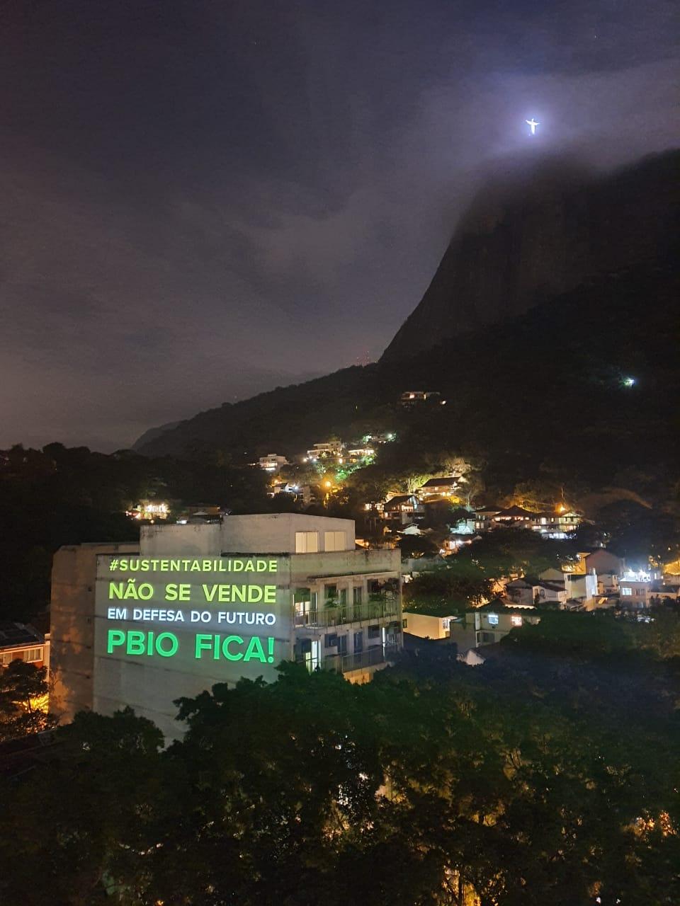 Rio de Janeiro | Projeção em prédio evidencia greve da PBio e denuncia privatização da Petrobrás