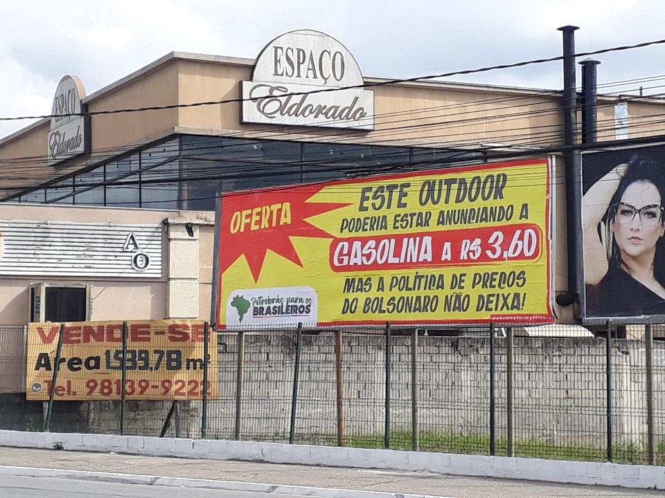 Outdoors em cinco cidades paulistas denunciam política de preços dos combustíveis